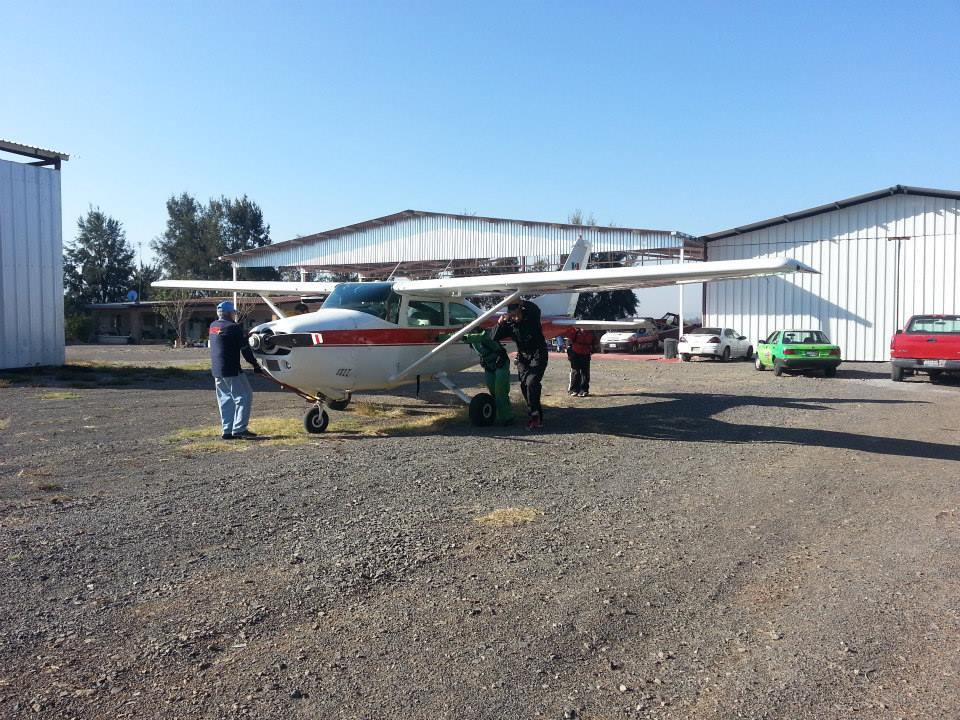 Paracaídas y avioneta